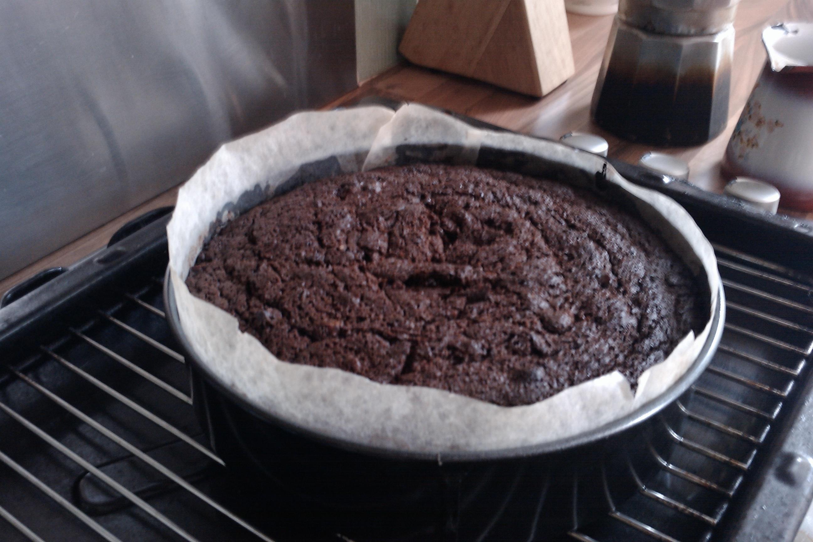 Cake cooling in cake tin